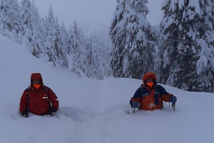 У карпатських снігах знайшли туриста, якого шукали два дні – живий!