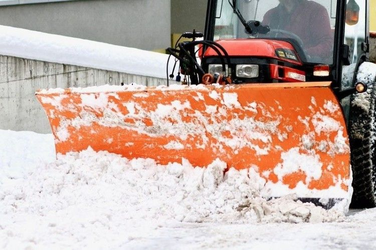 Комунальники просять лучан не заважати роботі снігоприбиральних машин
