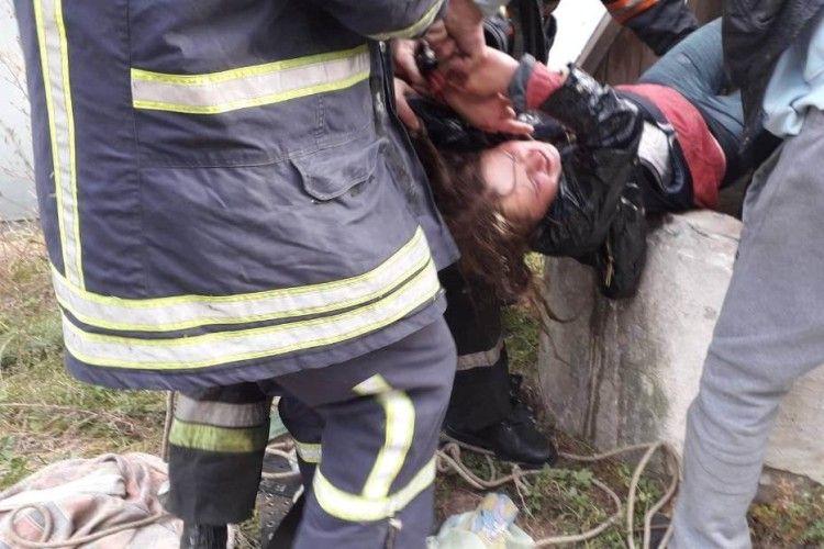 На Волині працівники ДСНС врятували з колодязя дівчину та чоловіка, який намагався їй допомогти