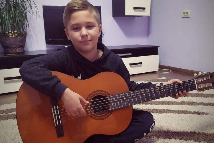 Юний волинський гітарист переміг на міжнародному конкурсі в Білорусії (Відео)