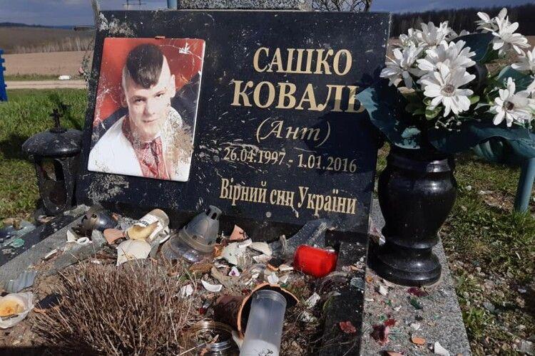 Поліцію просять знайти негідників, які вчинили наругу над могилою українського Героя (Фото)