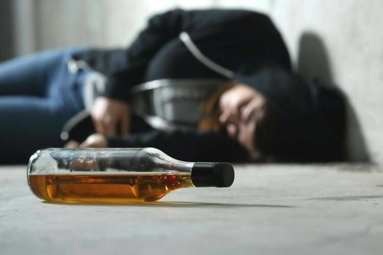 Посеред вулиці знайшли непритомну дитину з ознаками алкогольного сп'яніння