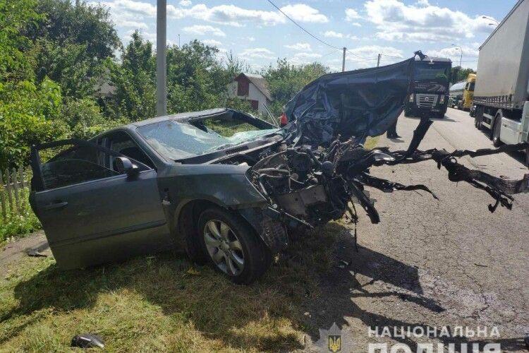 На трасі «Київ-Чоп» лобове зіткнення «KIA Magentis» та «ЗІЛ-133»: обидва водії загинули (Фото)