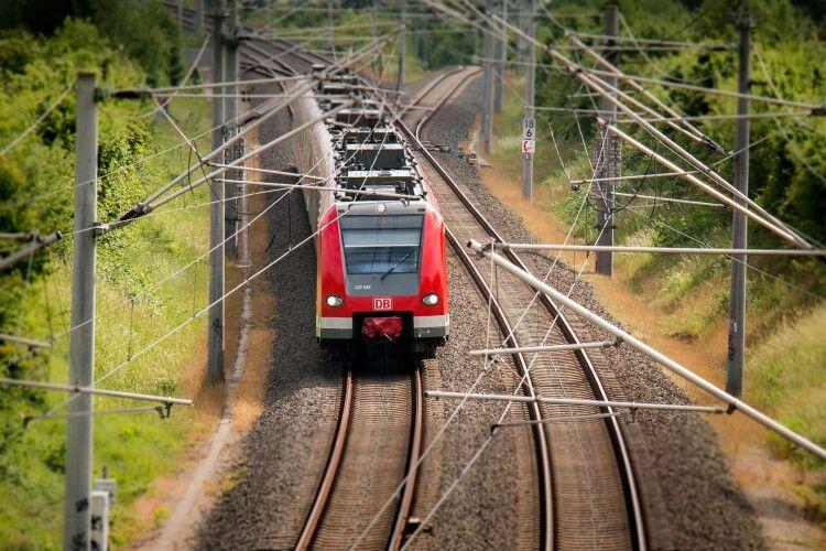 П'яні молодики зупинили потяг заради інстаграму: бігали по рейках та стріляли у машиніста (Відео)
