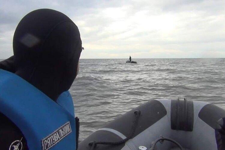 Бійцям ДСНС довелося рятувати двох горе-рибалок, які попри штормове попередження вийшли на човні на риболовлю