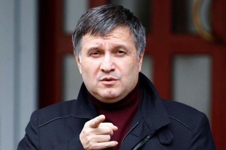 Аваков каже, що після відкриття кордонів з України випускатимуть не всіх