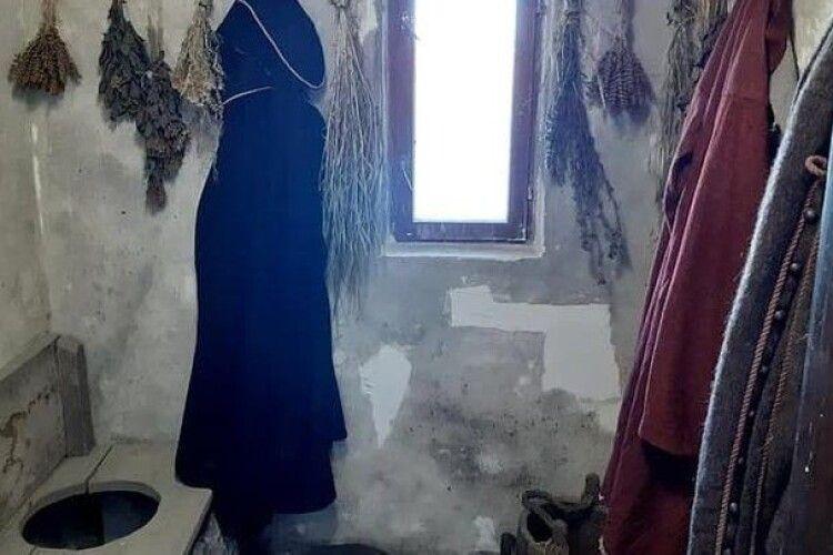 У Хотинській фортеці зробили інсталяцію туалету, бо цікавилися туристи