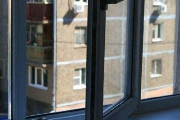 У Рівному чоловік вистрибнув з вікна власної квартири
