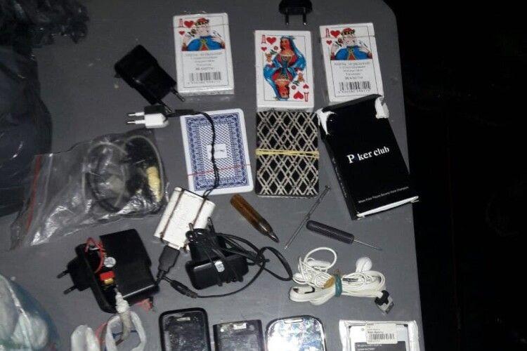 Які заборонені предмети ховали в'язні Маневицької виправної колонії (Фото)