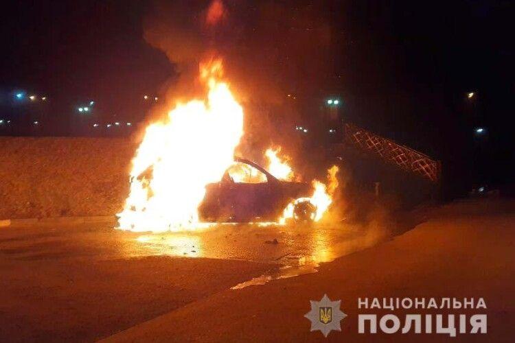 Уночі в Рівному дотла спалили «BMW X5»