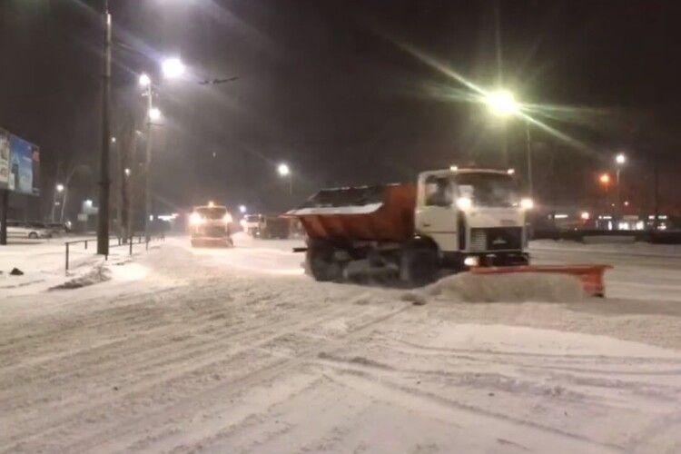 На «Жигулях» чи «Ниві»: мер Луцька посеред ночі проїхався слідом за снігоприбиральною технікою (Відео)