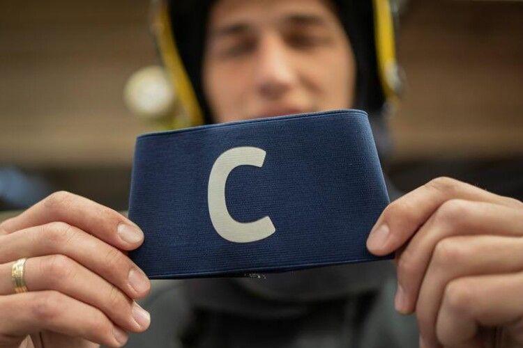 Капітанську пов'язка Кріштіану Роналду, яку він спересердя кинув на газон, продали з благодійного аукціону за два мільйони гривень