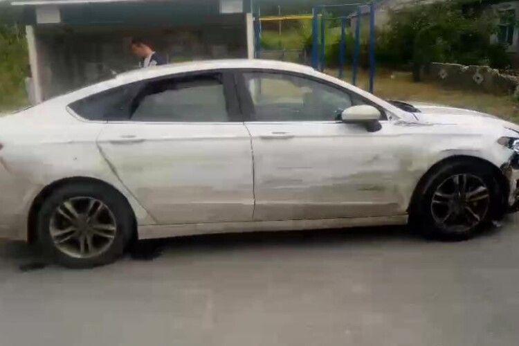 Посеред білого дня вулицями міста «летів» наркоман на «Форді»: устиг розтрощити 18 автівок (Відео)