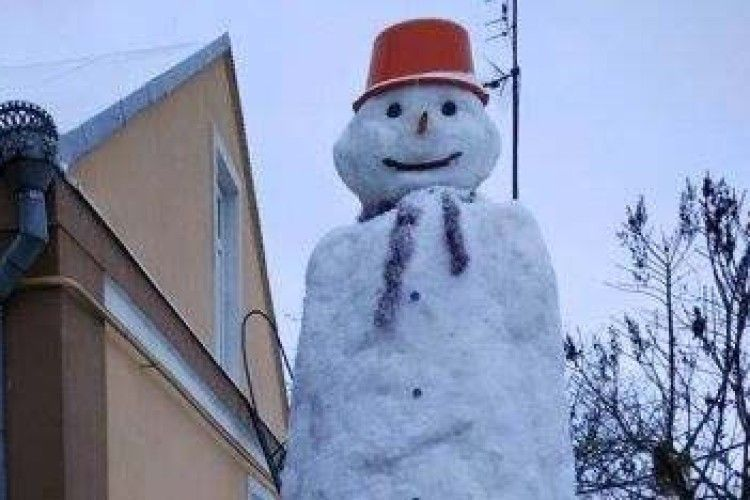 У Луцьку величезного сніговика ліпили кілька днів (Фото)