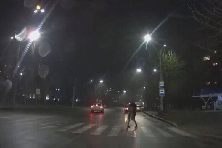 У Луцьку водій збив дівчину на переході та втік: камера зафіксувала момент (Відео)