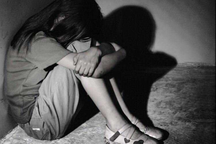 На Волині чоловік зґвалтував 11-річну дівчинку, поки її мама була за кордоном