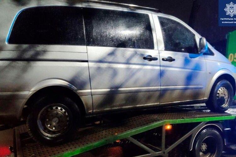 У Луцьку вночі хтось залишив автомобіль посеред дороги