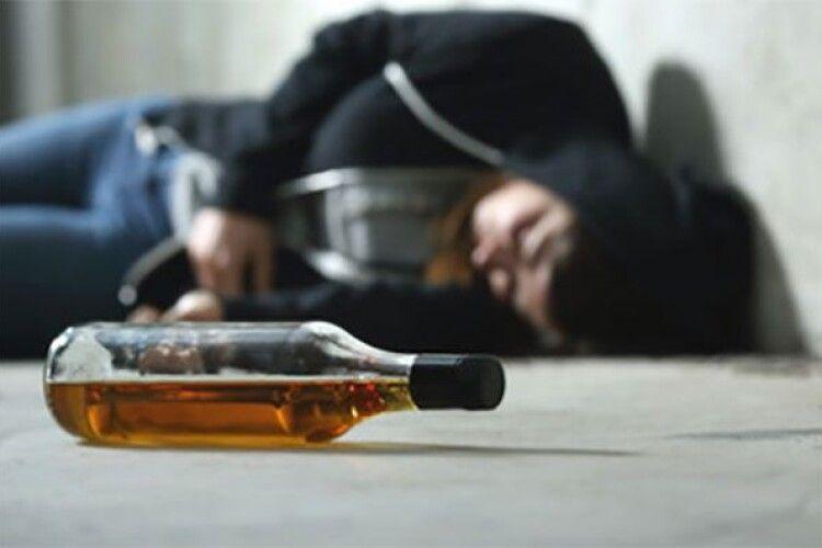 Лежав на вулиці: у Горохові поліцейські доставили додому випивоху