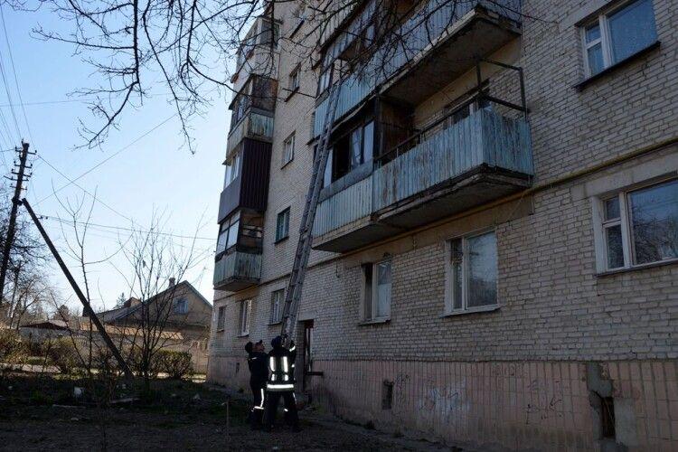 Впала і не могла піднятись: у Луцьку рятувальники допомогли літній жінці, яка опинилася за зачиненими дверима (Фото)