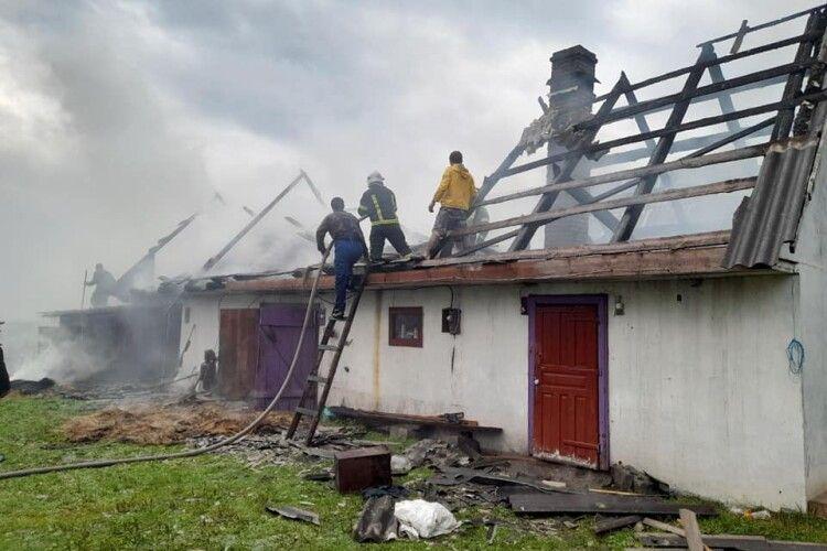 На Волині блискавка спалила господарську будівлю (Фото)