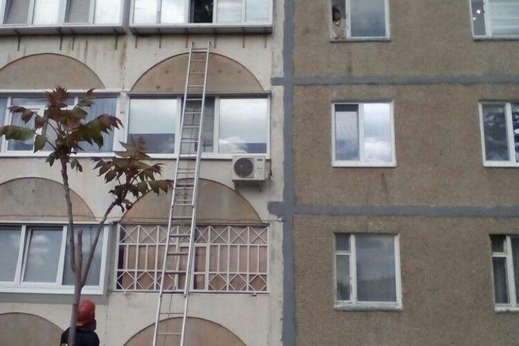 У Вараші бійці ДСНС рятували пенсіонера, який зачинився у власній квартирі (Фото)