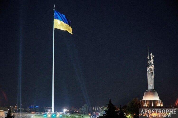 Найбільший прапор України видно з кожного куточка Києва (Відео)