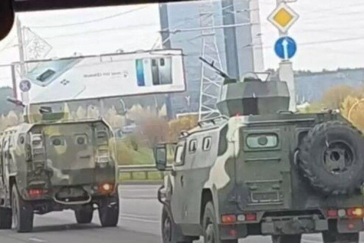 Лукашенко пригнав бронетехніку з кулеметами