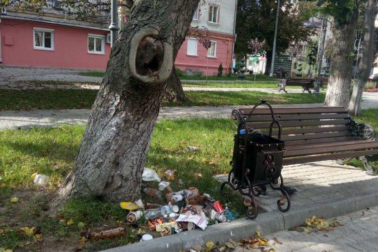 У нещодавно облаштованому сквері в центрі Луцька рясніє... сміття (Фото)