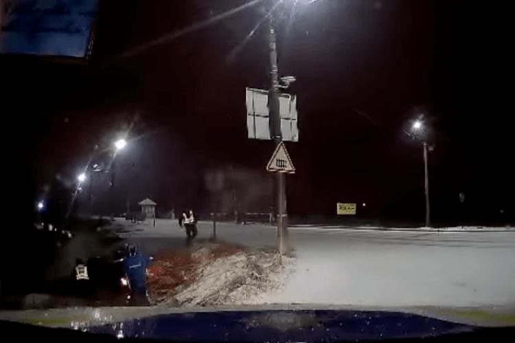 На Волині патрульні і працівник заправки витягували водія з перекинутого авто (Відео)