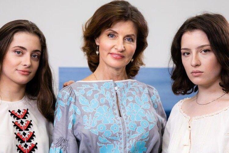 Петро та Марина Порошенко закликали провести 21 травня парад вишиванок у соцмережах