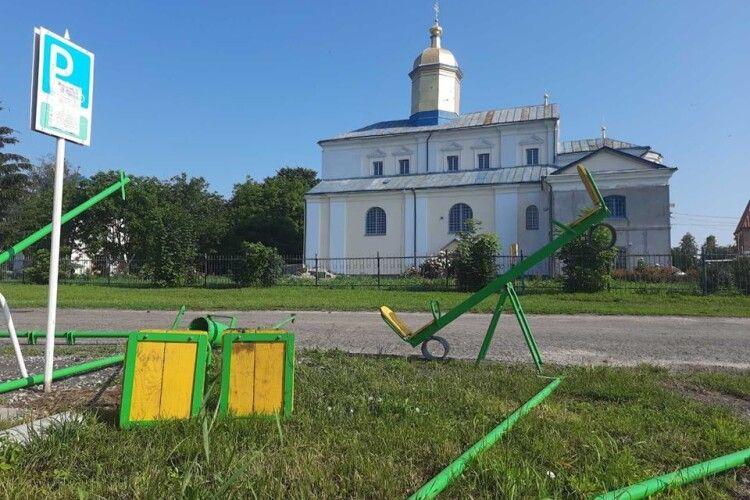 У парку Данила Галицького у Жидичині встановили новий дитячий майданчик