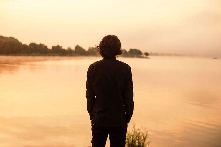 «Плескаю плечима, поки не стану знаменитим»: як живе хлопець, який народився без ключиць (Фото)