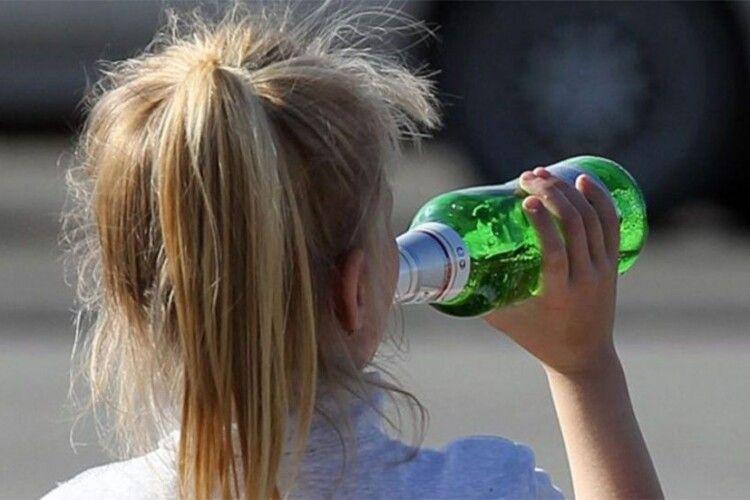 8-річна дівчинка пиячила з малолітніми братами. Дитину рятували медики