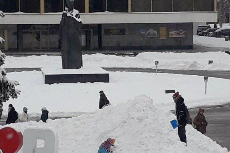 У центрі Луцька діти підкоряють сніжний «Еверест» (Фото)