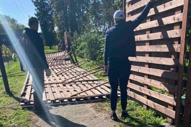 2-метровий паркан ледь не вбив 61-річну жінку, яка гуляла з дітьми