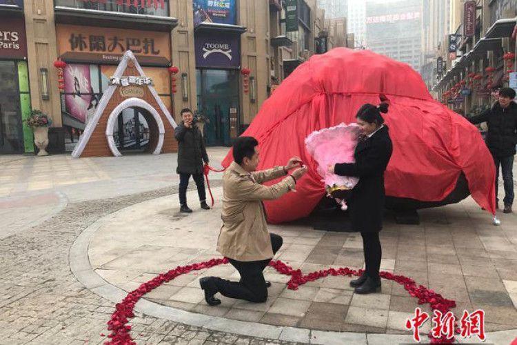 Закоханий китаєць подарував дівчині... 33-тонну каменюку (фото)