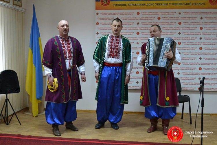 Рівненські рятувальники вбралися у шаровари та вишиванки – грали, співали й танцювали (фото)