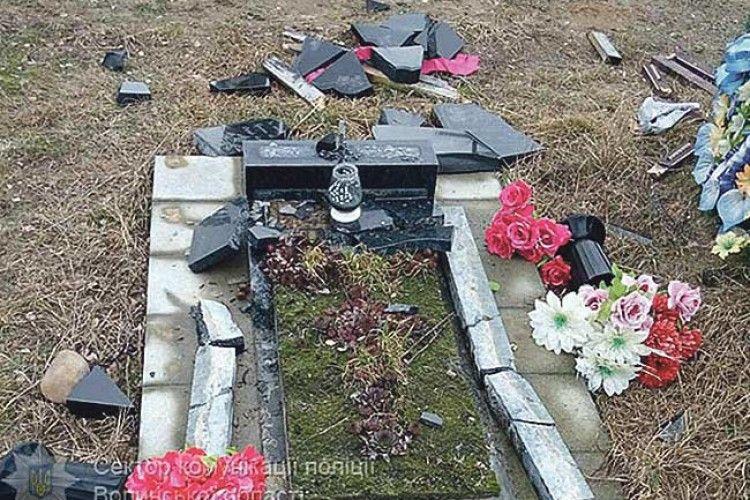 Вандал зруйнував могилу… рідної матері
