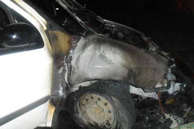 Ранковий феєрверк: у Рівному спалахнула автівка (ФОТО)