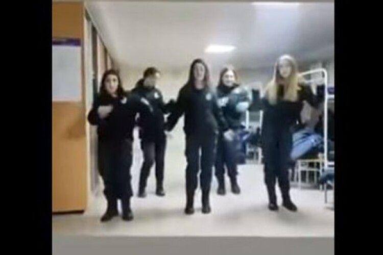 У Харкові п'ять курсанток поліцейського вишу витанцьовували під шансон у виконанні забороненого в Україні російського гурту (Відео)
