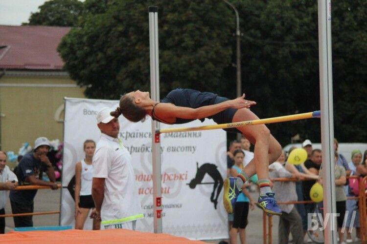 Несподівано: у Володимирі-Волинському сьогодні стрибуни у висоту змагались на… центральній площі