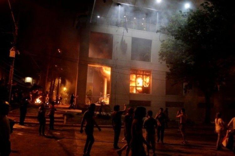 У Парагваї демонстранти взяли штурмом і підпалили тамтешню «Верховну Раду» (фото)