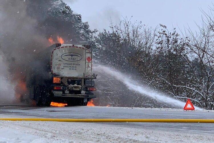 Прямо посеред дороги на Рівненщині горіла автоцистерна (Фото)
