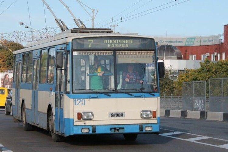 Водій тролейбуса у Рівному дорікнув патрульним про відсутність масок і отримав протокол