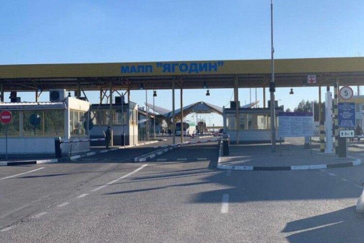 На «Ягодині» затримали 20-річного українця, який віз за кордон електрошокер