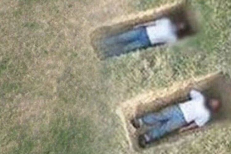 У могилах посеред поля знайшли двох живих чоловіків. Вони розповіли, що сталося (Фото)