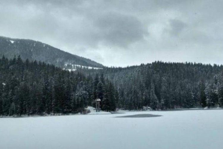 На Закарпатті засипало снігом озеро Синевир
