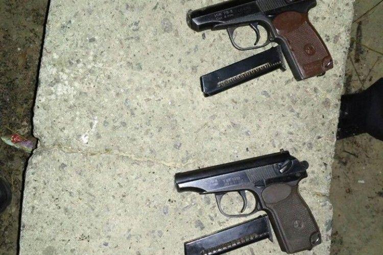 У Рівному спіймали чолов'ягу з двома пістолетами (фото)