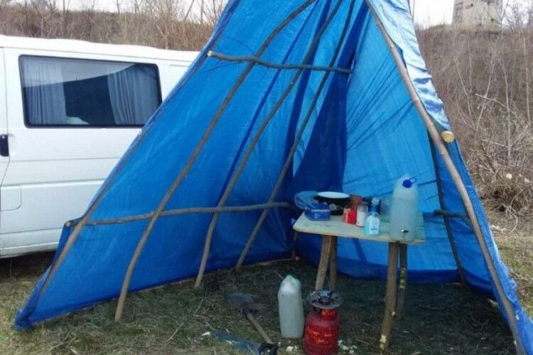 Житель Рівненщини після повернення з Італії оселився в наметі біля річки Горинь