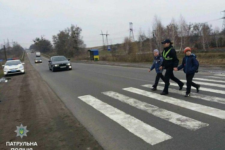 У Рівному патрульні водили дітей через пішохідний перехід (фото)
